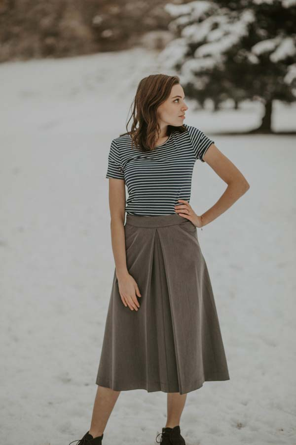 A skirt with front box pleat and pockets. Solid back. Waistband with side button and zipper. #skirt #fashion #trendypins