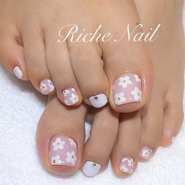 Five Dot Flower motives On Toe Nails #toe nail art #nails #beauty #trendypins