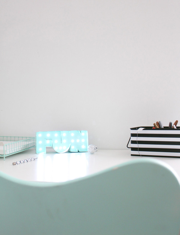 Mini Desk Marquee Light #DIY #Christmas #gifts #trendypins