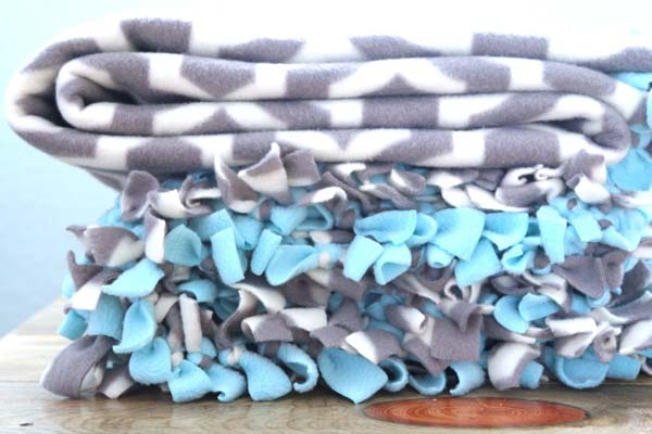 Tied Fleece Blanket #DIY #Christmas #gifts #trendypins