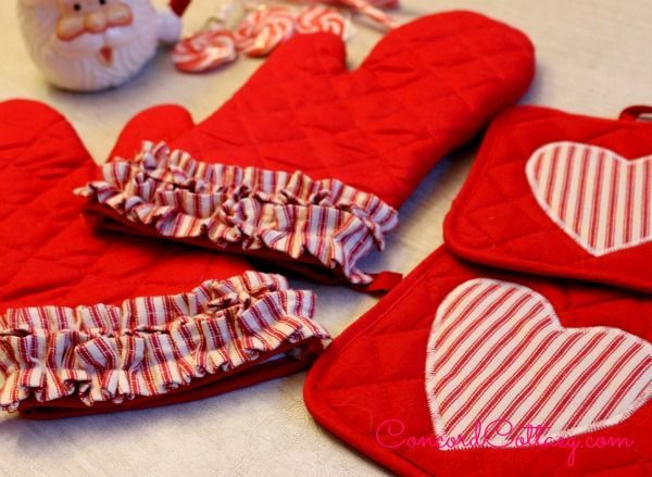 Dollar Store Oven Mitts & Pot Holders With Hearts & Ruffles #DIY #Christmas #gifts #trendypins