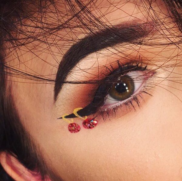 hristmas Ornaments on Eyeliner #Christmas #makeup #beauty #trendypins