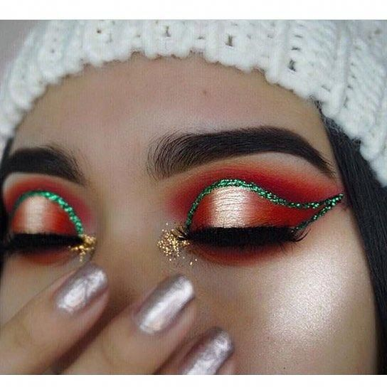 Gold Glitter Christmas Tree and Green Line over Red Eyeshadow #Christmas #makeup #beauty #trendypins