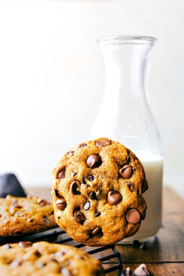 Bakery-Style Pumpkin Chocolate-Chip Cookies #Christmas #cookie #recipes #trendypins