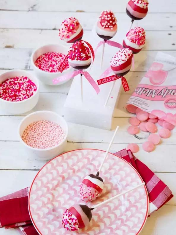 Chocolate Dipped Strawberry Pops #Valentine's Day #recipes #treats #trendypins