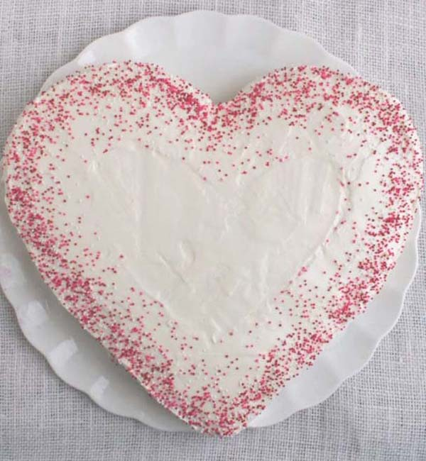 DIY Heart Cake (no heart-shaped pan needed) #Valentine's Day #recipes #cakes #trendypins