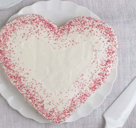 DIY Heart Cake (no heart-shaped pan needed) #Valentine's Day #recipes #desserts #trendypins