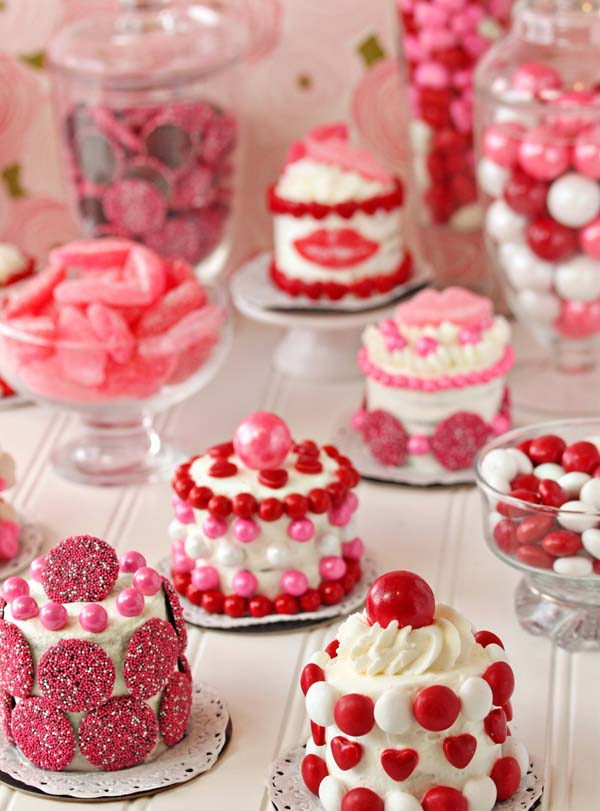 Easy Mini Valentine's Day Cakes #Valentine's Day #recipes #cakes #trendypins
