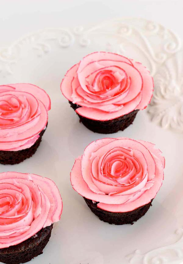 Fudgy Chocolate Cupcakes with Two-Tone Roses #Valentine's Day #recipes #cupcakes #trendypins