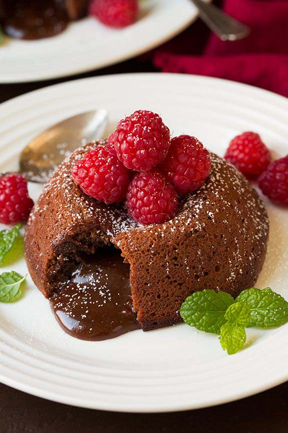 Molten Chocolate Lava Cakes #Valentin's Day #recipes #cakes #trendypins