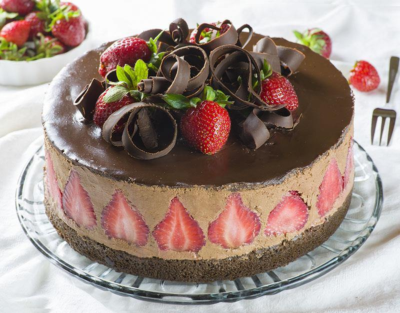 Strawberry Chocolate Cake #Valentine's Day #recipes #cakes #trendypins