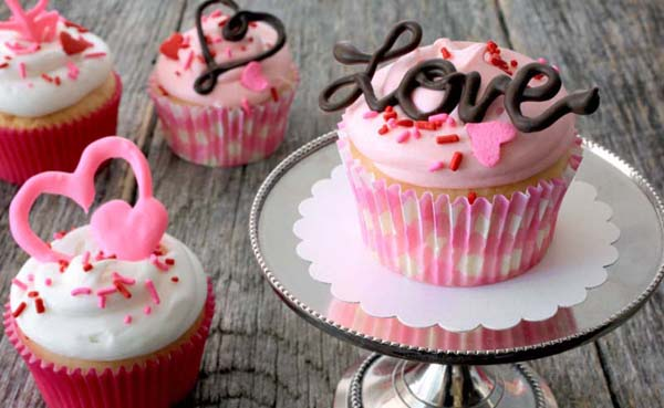 Valentine's Day Chocolate Cupcake Toppers #Valentine's Day #recipes #cupcakes #trendypins