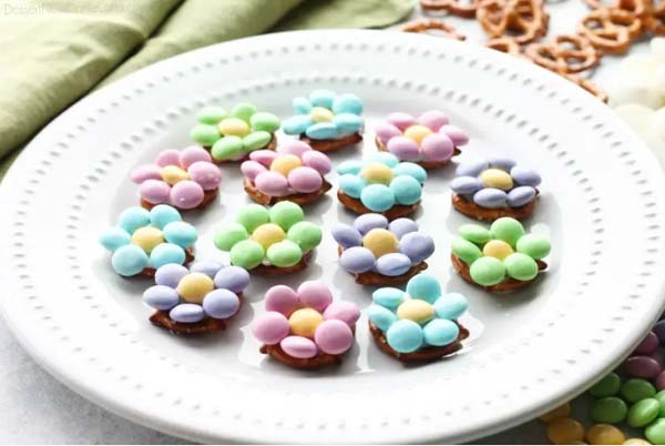 Flower Pretzel Bites #Easter #treats #recipes #trendypins
