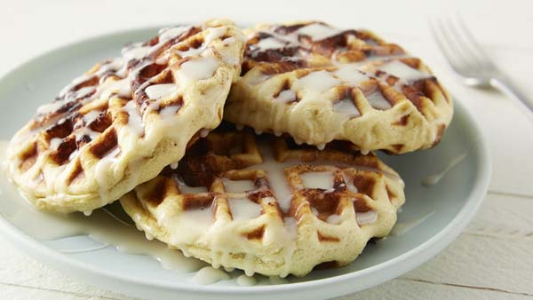 Cinnamon Roll Waffles with Cream Cheese Glaze #Christmas #breakfast #trendypins