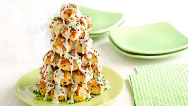 Stacked Cinnamon Roll Christmas Tree #Christmas #breakfast #recipes #trendypins