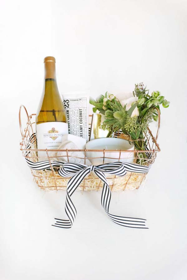 Wine Christmas Gift Basket #Christmas #food #gifts #trendypins