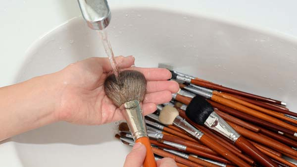 How To Clean Makeup Brushes #makeup #beauty #trendypins