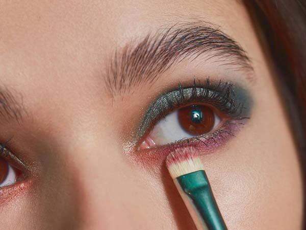 How To Use Eyeshadow Shader Brush #makeup #beauty #trendypins